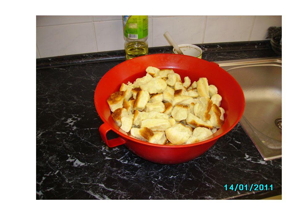 Podle konzistence rozdělujeme těsto kynuté na: - Lité (lívance) -Polotuhé (koláče, záviny, buchty, vdolky) -Tuhé (vánočky) -Jemné (koblihy, svatební koláčky) -Plundrové – listové těsto kynuté (hřebeny, šátečky, plundrové koláčky)