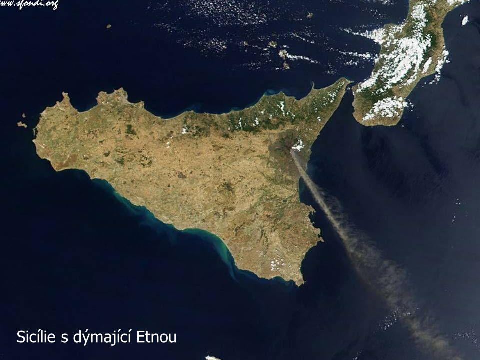 Sicílie s dýmající Etnou
