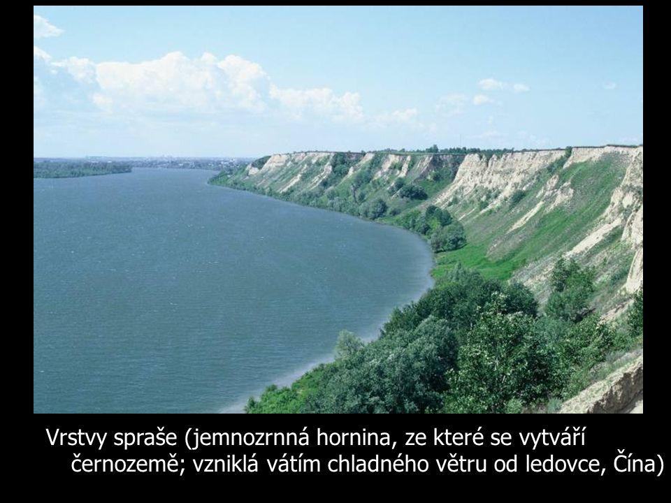 Vrstvy spraše (jemnozrnná hornina, ze které se vytváří černozemě; vzniklá vátím chladného větru od ledovce, Čína)