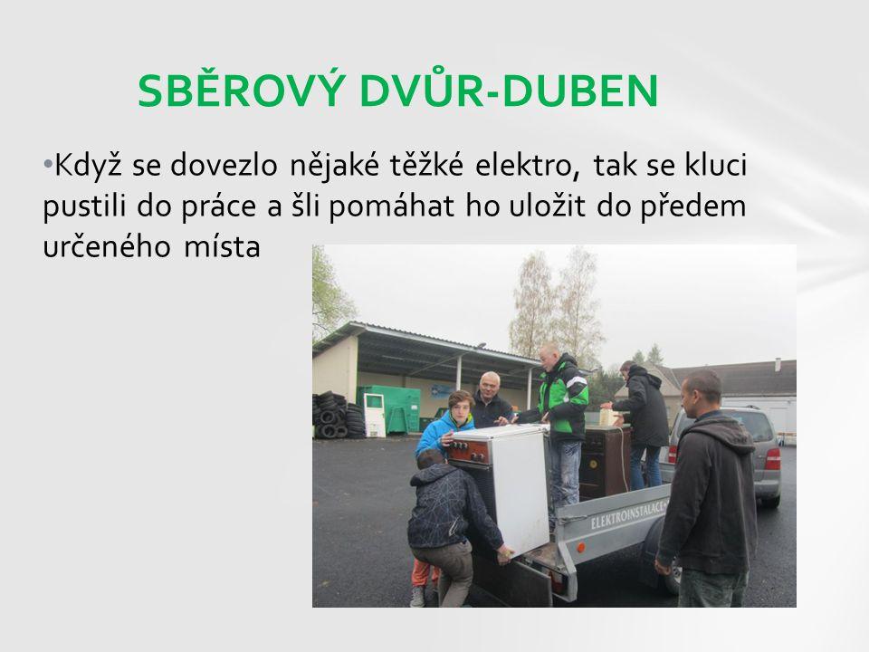 Když se dovezlo nějaké těžké elektro, tak se kluci pustili do práce a šli pomáhat ho uložit do předem určeného místa SBĚROVÝ DVŮR-DUBEN