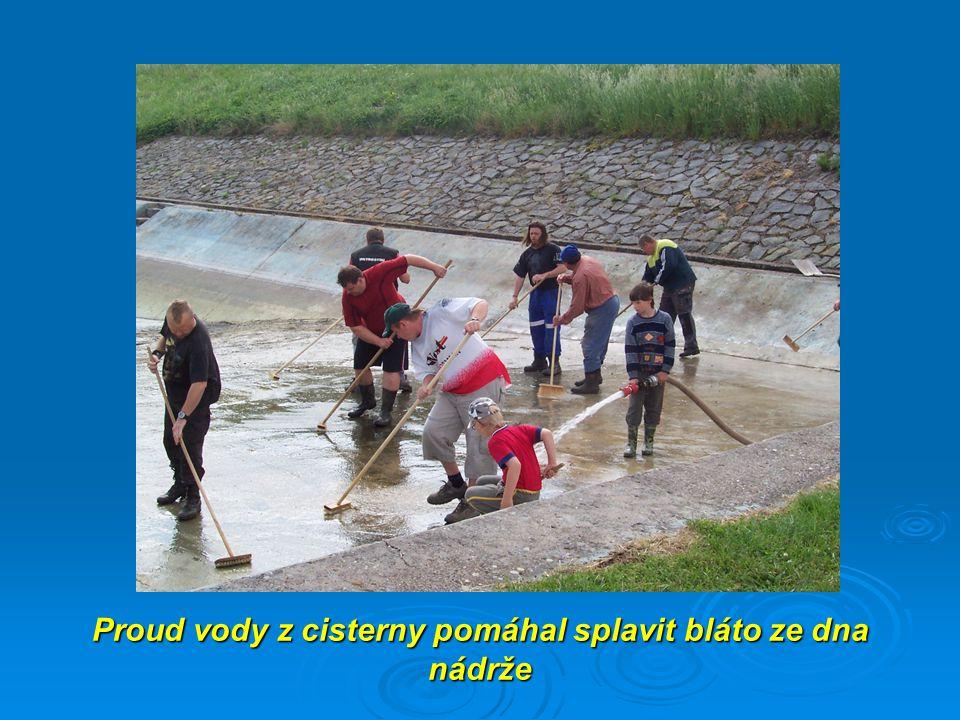 Proud vody z cisterny pomáhal splavit bláto ze dna nádrže
