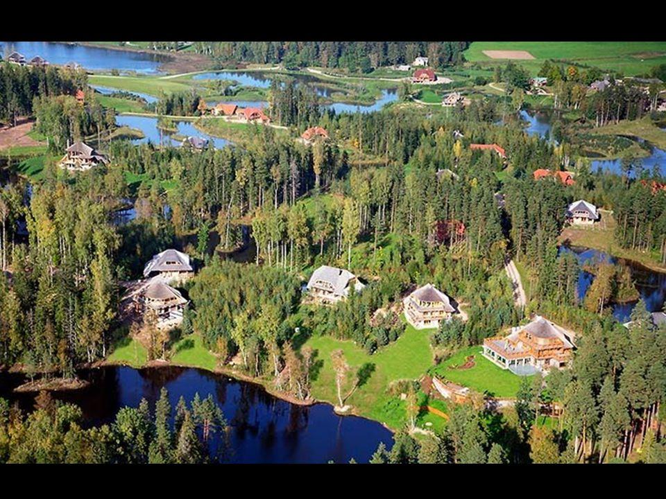 Domy jsou umístěny tak, aby kolem nich byl dostatek volného prostoru s výhledy na les, louky, vodu, oblaka.