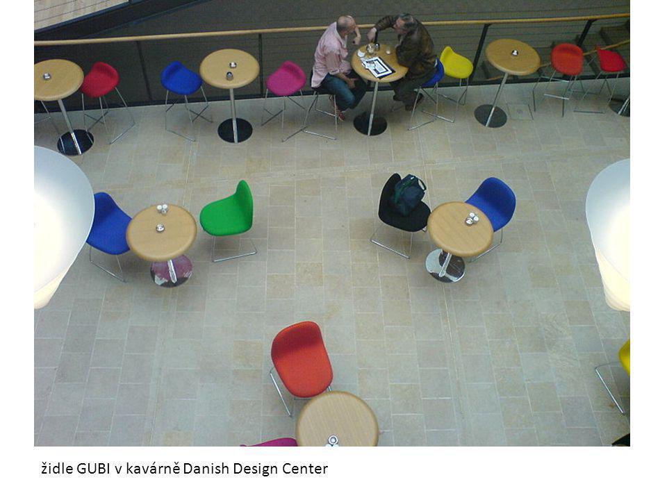 židle GUBI v kavárně Danish Design Center