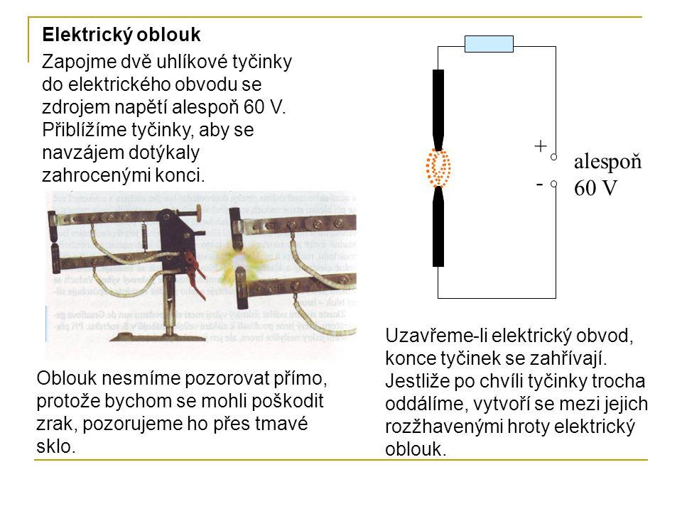 Zapojme dvě uhlíkové tyčinky do elektrického obvodu se zdrojem napětí alespoň 60 V. Přiblížíme tyčinky, aby se navzájem dotýkaly zahrocenými konci. El
