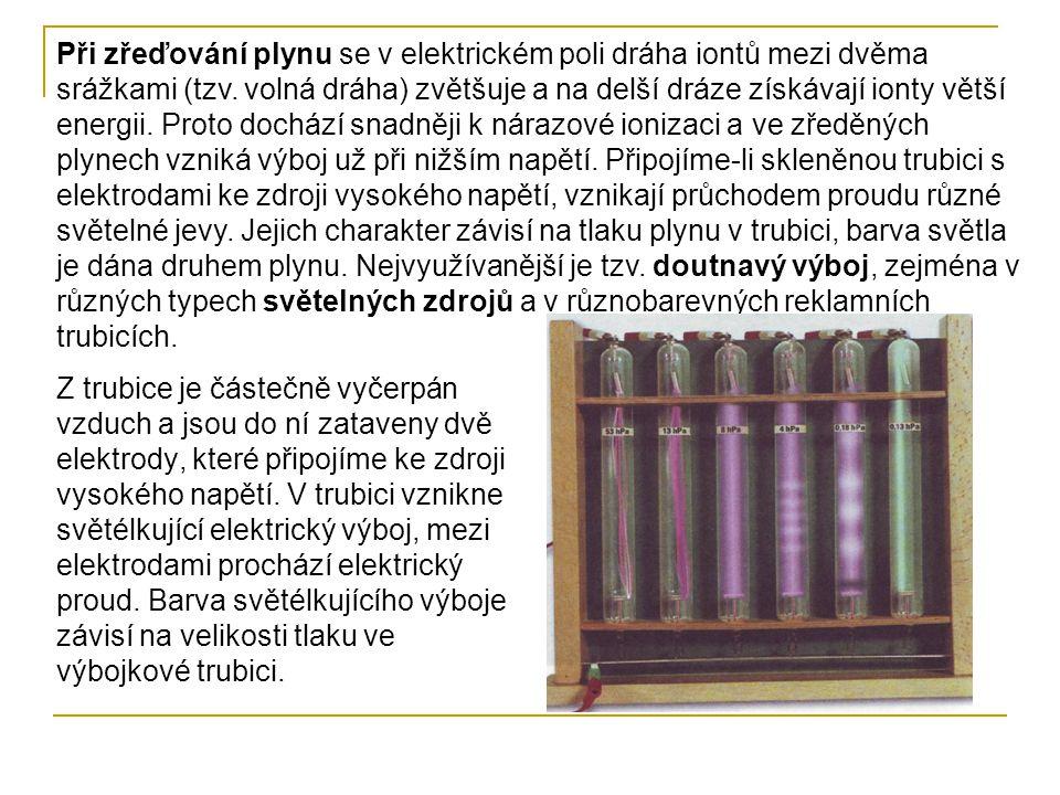 Výboje v trubicích plněných různými plyny V různých plynech je různě zbarven.