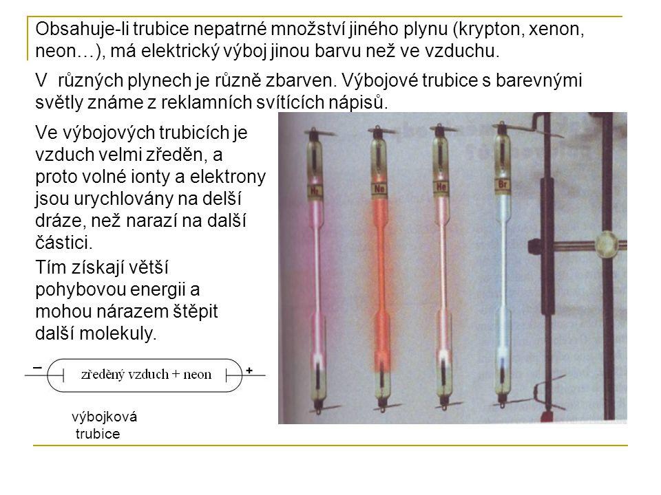 Výboje v trubicích plněných různými plyny V různých plynech je různě zbarven. Výbojové trubice s barevnými světly známe z reklamních svítících nápisů.