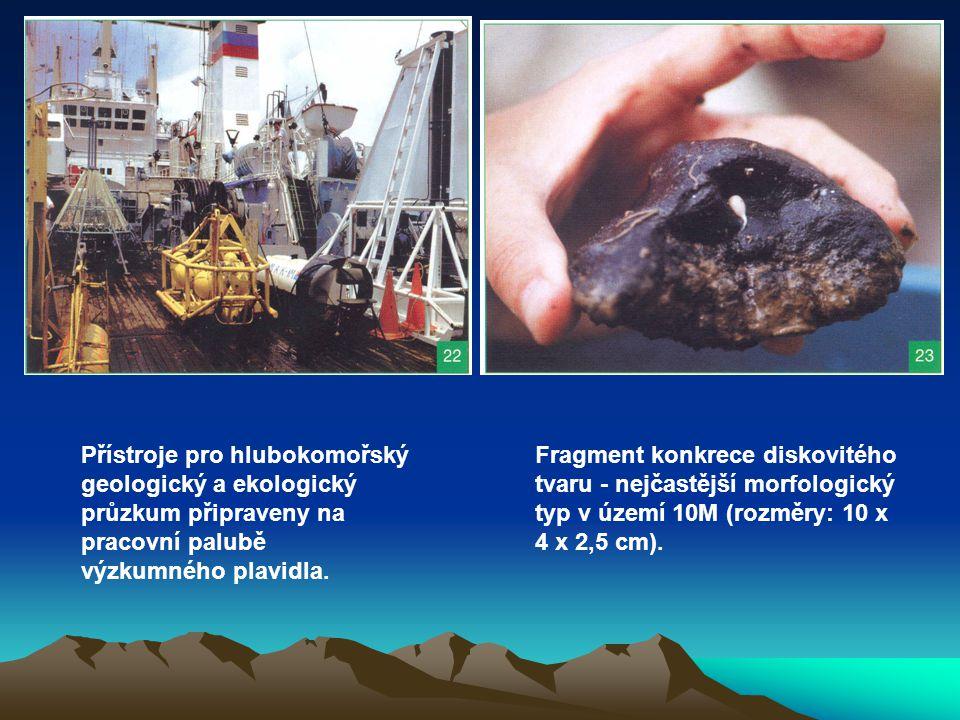 Přístroje pro hlubokomořský geologický a ekologický průzkum připraveny na pracovní palubě výzkumného plavidla. Fragment konkrece diskovitého tvaru - n