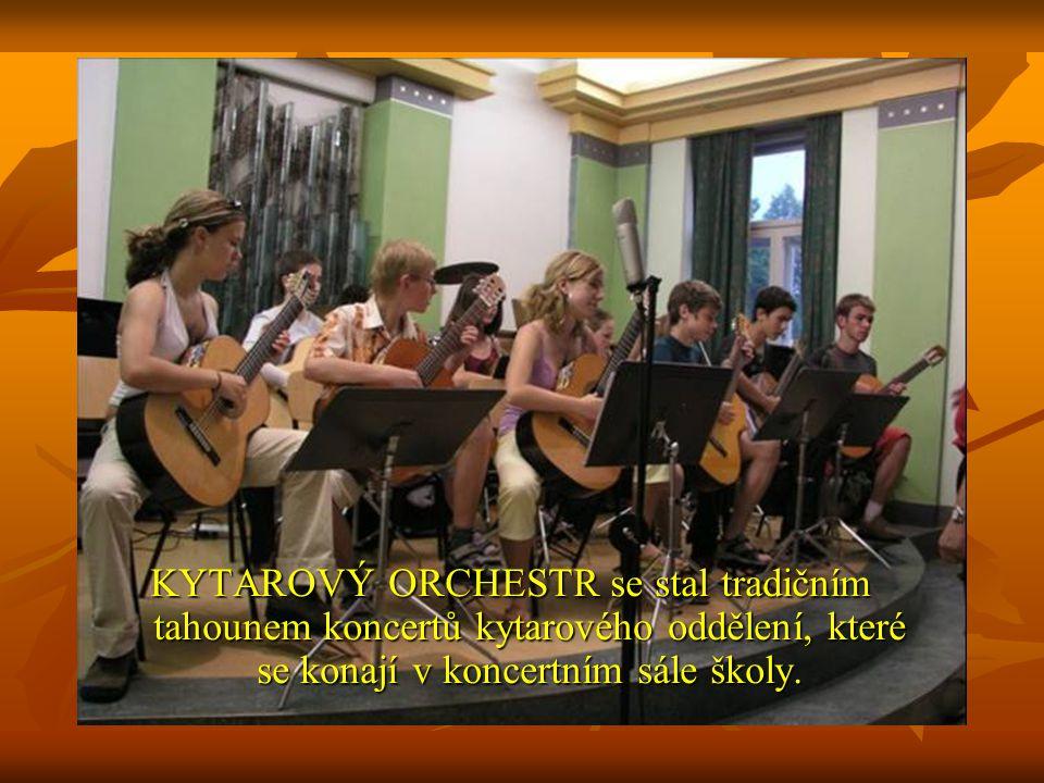 KYTAROVÝ ORCHESTR se stal tradičním tahounem koncertů kytarového oddělení, které se konají v koncertním sále školy.