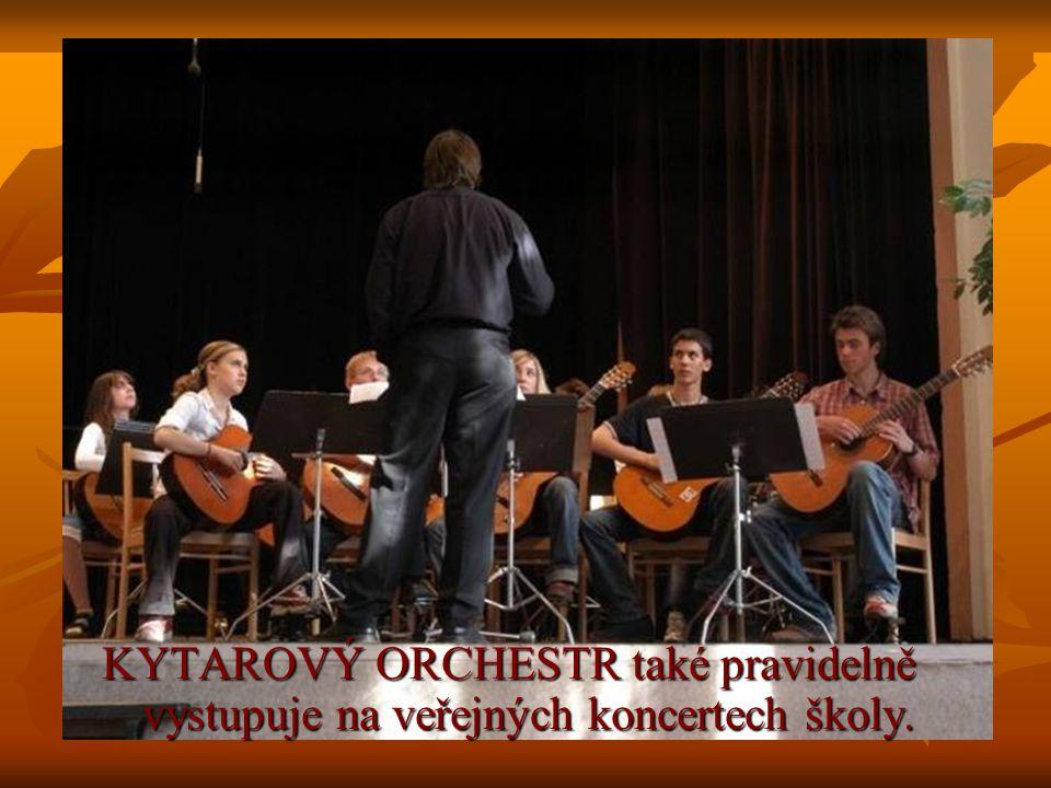 KYTAROVÝ ORCHESTR také pravidelně vystupuje na veřejných koncertech školy.