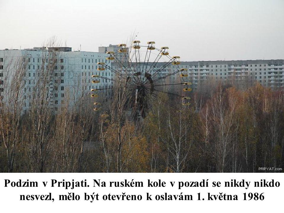 Podzim v Pripjati. Na ruském kole v pozadí se nikdy nikdo nesvezl, mělo být otevřeno k oslavám 1. května 1986
