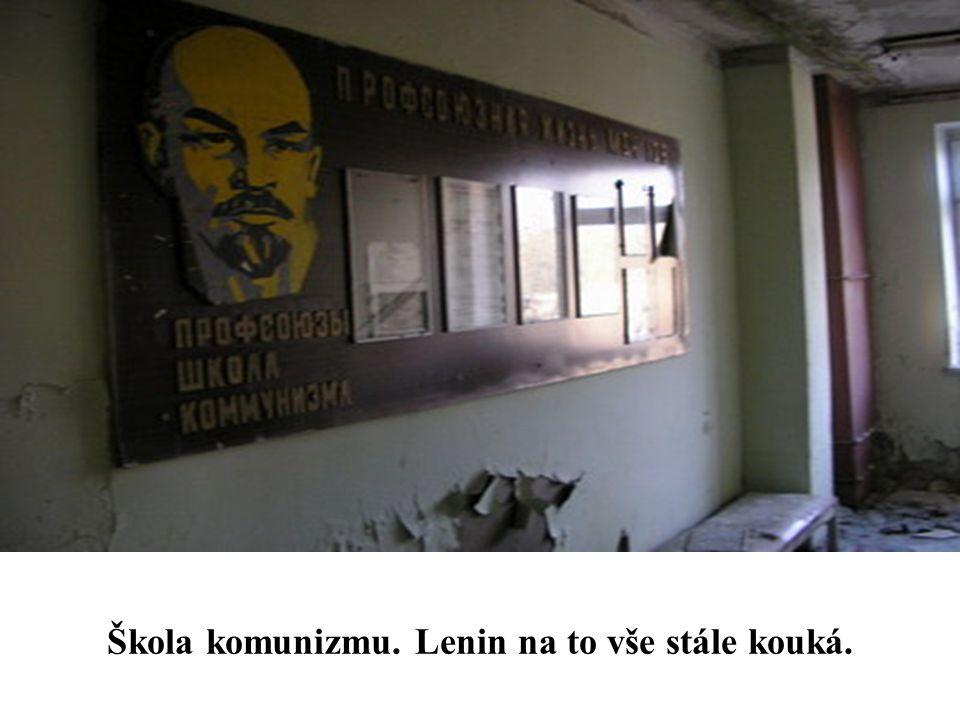 Škola komunizmu. Lenin na to vše stále kouká.