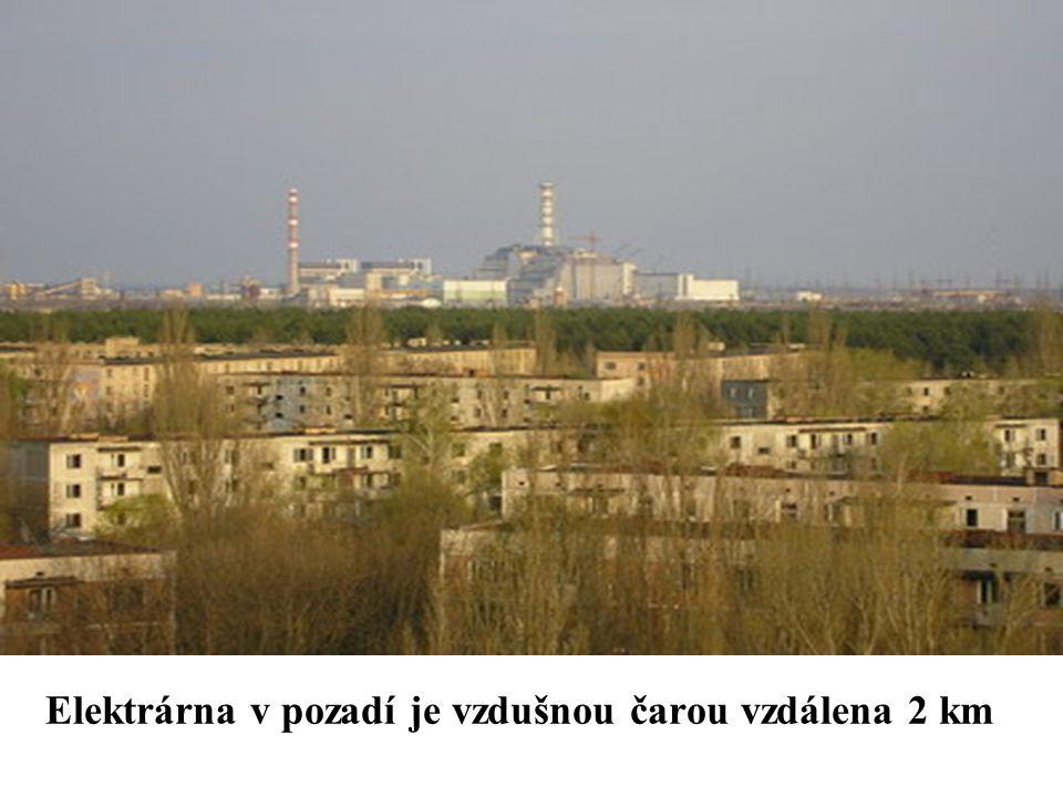 Elektrárna v pozadí je vzdušnou čarou vzdálena 2 km