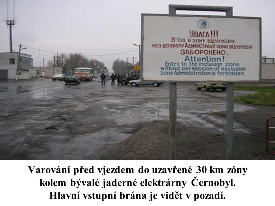 Varování před vjezdem do uzavřené 30 km zóny kolem bývalé jaderné elektrárny Černobyl. Hlavní vstupní brána je vidět v pozadí.