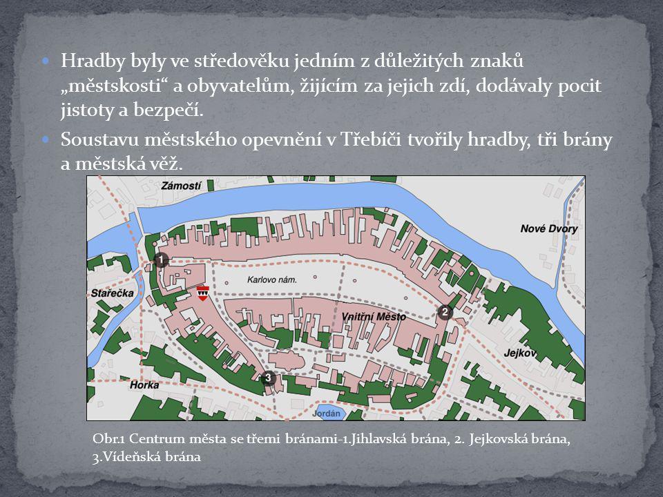 """Hradby byly ve středověku jedním z důležitých znaků """"městskosti"""" a obyvatelům, žijícím za jejich zdí, dodávaly pocit jistoty a bezpečí. Soustavu městs"""
