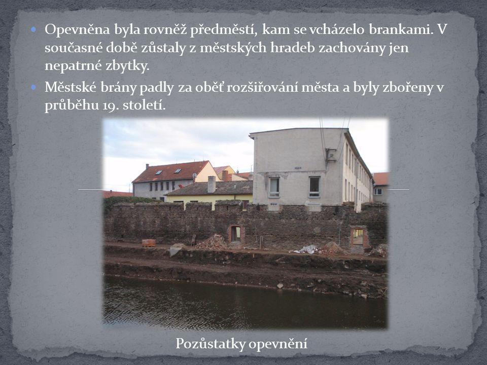 Opevněna byla rovněž předměstí, kam se vcházelo brankami. V současné době zůstaly z městských hradeb zachovány jen nepatrné zbytky. Městské brány padl