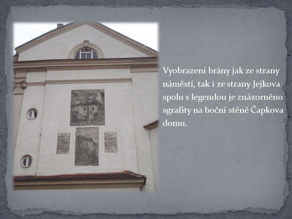 Vyobrazení brány jak ze strany náměstí, tak i ze strany Jejkova spolu s legendou je znázorněno sgrafity na boční stěně Čapkova domu.