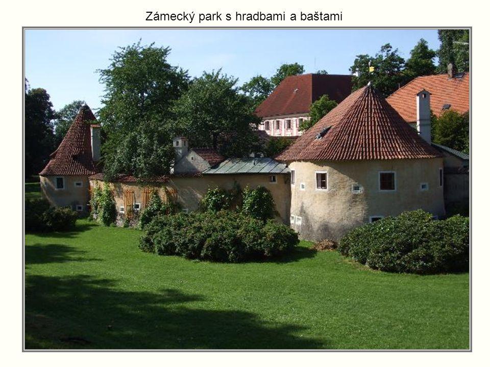 Zámek Třeboň vznikl na místě původního panského sídla a gotického hrádku ze 14. stol. Dvoupatrová čtyřkřídlá budova má třípatrovou hranolovou věž. Nad