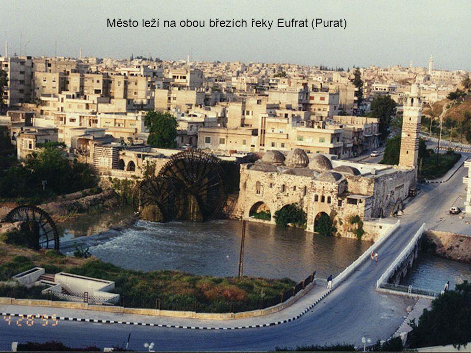 Město leží na obou březích řeky Eufrat (Purat)