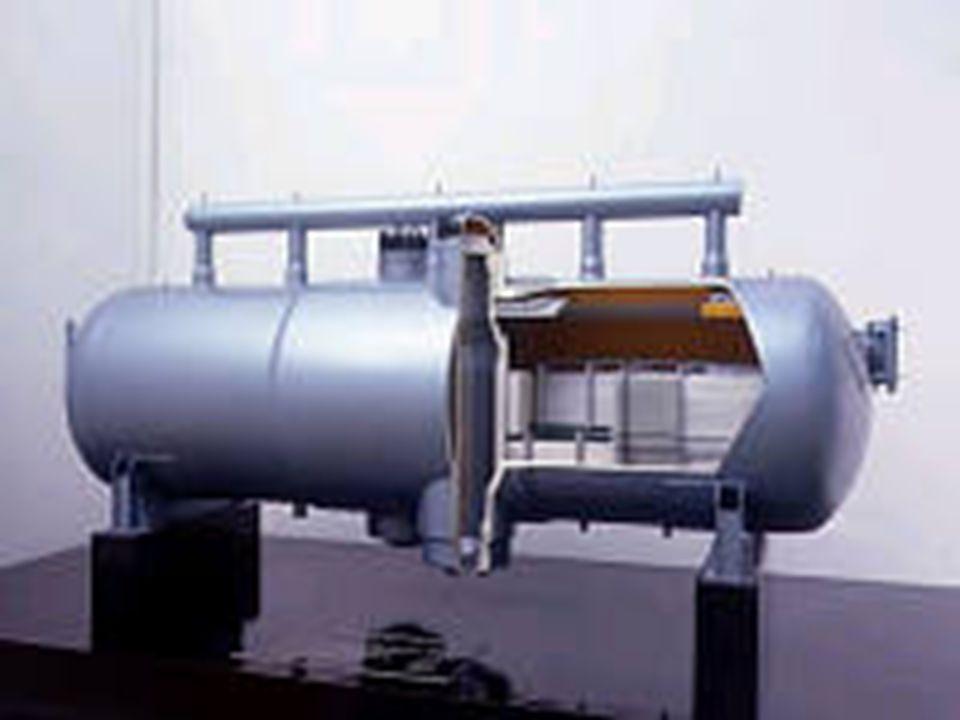Další části tepelného okruhu Parogenerátor-oddělují primární a sekundární okruh -předávají velké výkony při poměrně nízkých teplotách  velké průtoky a teplosměnné plochy -vyrábějí sytou nebo mírně přehřátou páru -tlaková nádoba se soustavou trubek, které ústí do kolektoru -chladivo z reaktoru protéká trubkami parogenerátoru a ohřívá vodu v sekundárním okruhu -vzniká mokrá pára, která se v separátoru (přehříváku) separuje na vodu (vrací se zpět) a sytou páru (do turbíny) -teplota páry - 260 o C, tlak – 4,3 MPa