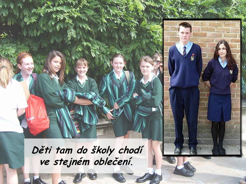 Děti tam do školy chodí ve stejném oblečení.