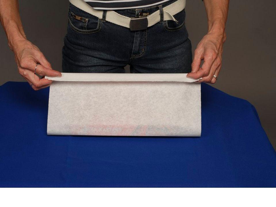 4. Spojené okraje přířezu 2 – 3 krát přeložíme směrem dolů (v šíři 2 až 3 cm) a tím se vytvoří pevná manžeta, která vytvoří střed vrchní strany obalu.