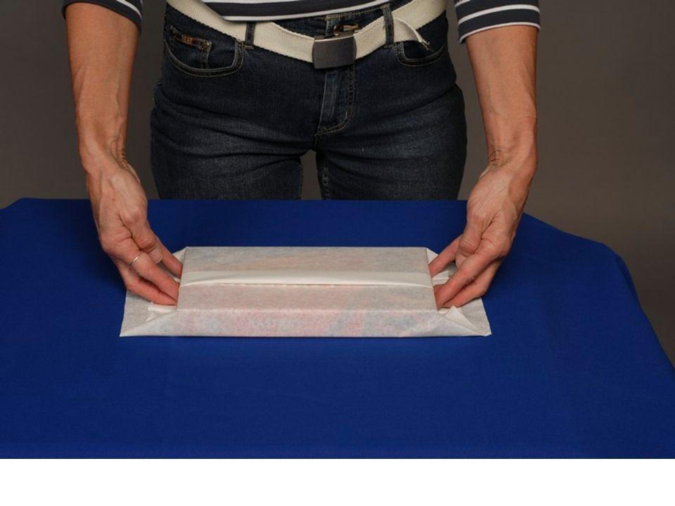 6. Obal utáhneme uhladíme a na obou koncích dlaněmi a malíčky přehneme přířez kolem kratších stran.