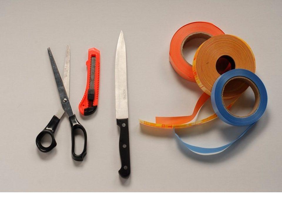 Potřebné pomůcky Žák si připraví: ostré nůžky na papírostré nůžky na papír tupý nožík na zkroucení stuhytupý nožík na zkroucení stuhy stuhu, lýkostuhu