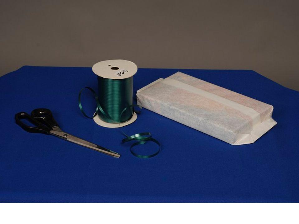Pracovní postup při převazování bonboniéry : 1.Odvineme potřebný kus vázačky ( na běžný typ bonboniéry přibližně 1,5m) 2. Uchopíme bonboniéru do levé