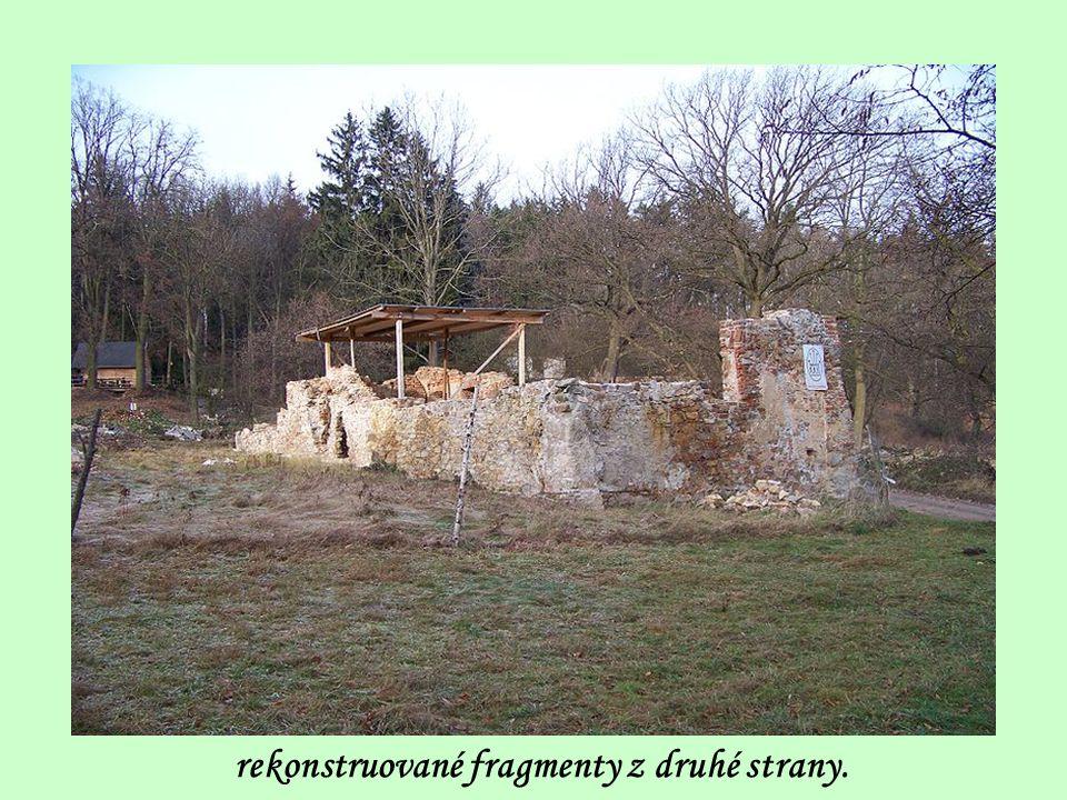 cestou jdeme okolo rekonstrukce fragmentů bývalé hájovny