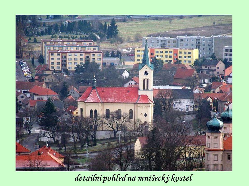 vlevo kostel sv. Václava, níže zámek, vpravo zámecký rybník