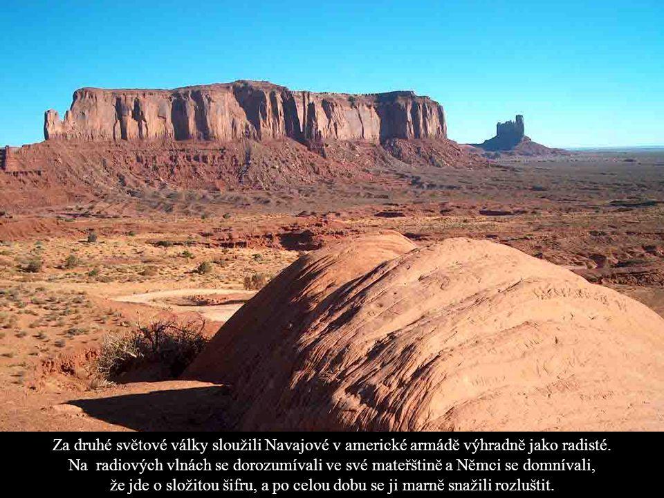 NÁRODNÍ PARK MONUMENT VALLEY - Arizona Monument Valley se rozkládá v severovýchodní Arizoně 24 mil severně od Kayenty v indiánské rezervaci Navajo Nat
