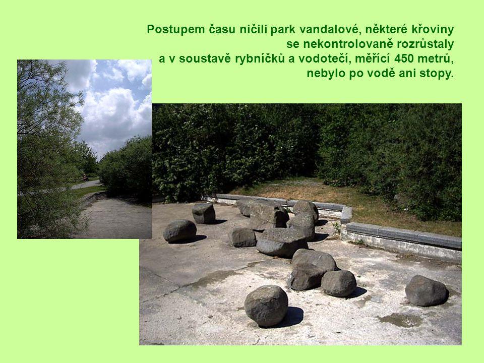 Postupem času ničili park vandalové, některé křoviny se nekontrolovaně rozrůstaly a v soustavě rybníčků a vodotečí, měřící 450 metrů, nebylo po vodě ani stopy.