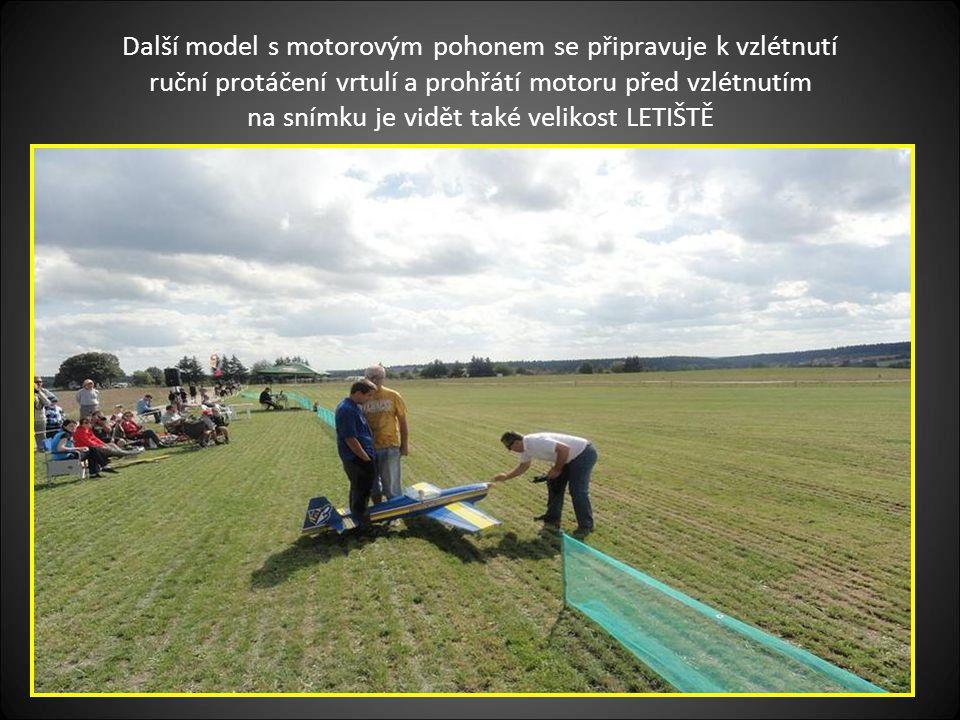 Pohled na velikost-rozlohu letiště, které má krásnou polohu v pozadí je Housko, které patří do obce Vysočany