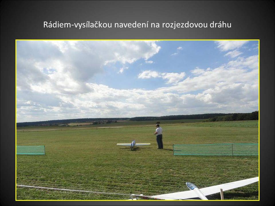 Další model s motorovým pohonem se připravuje k vzlétnutí ruční protáčení vrtulí a prohřátí motoru před vzlétnutím na snímku je vidět také velikost LETIŠTĚ