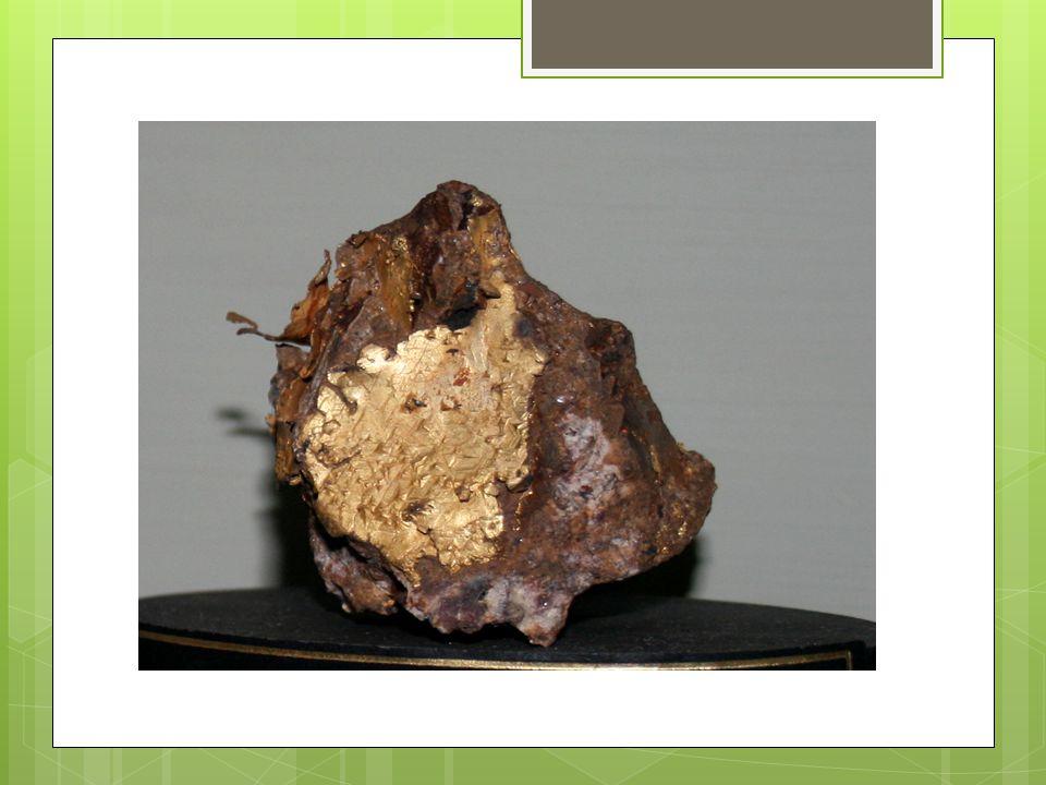 Vlastnosti  Žlutý, lesklý kov, poměrně měkký, velmi kujný a tažný, krystalizuje krychlově, nejlepší vodič  Nejušlechtilejší kov, odolává kyselinám i zásadám  Rozpouští se v lučavce královské: HNO 3 + 3 HCl → NOCl + 2 Cl +2 H 2 O Au + NOCl + 2 Cl → AuCl 3 + NO  Tvoří amalgám s rtutí (viz.
