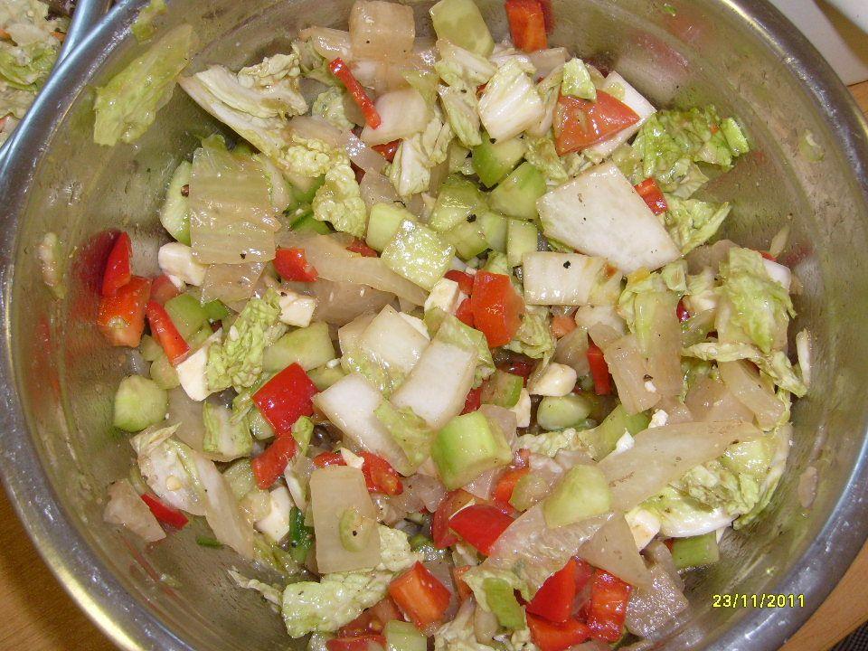 Saláty - rozdělení Saláty jednoduché Do této skupiny řadíme saláty připravené z jednoho druhu potraviny.
