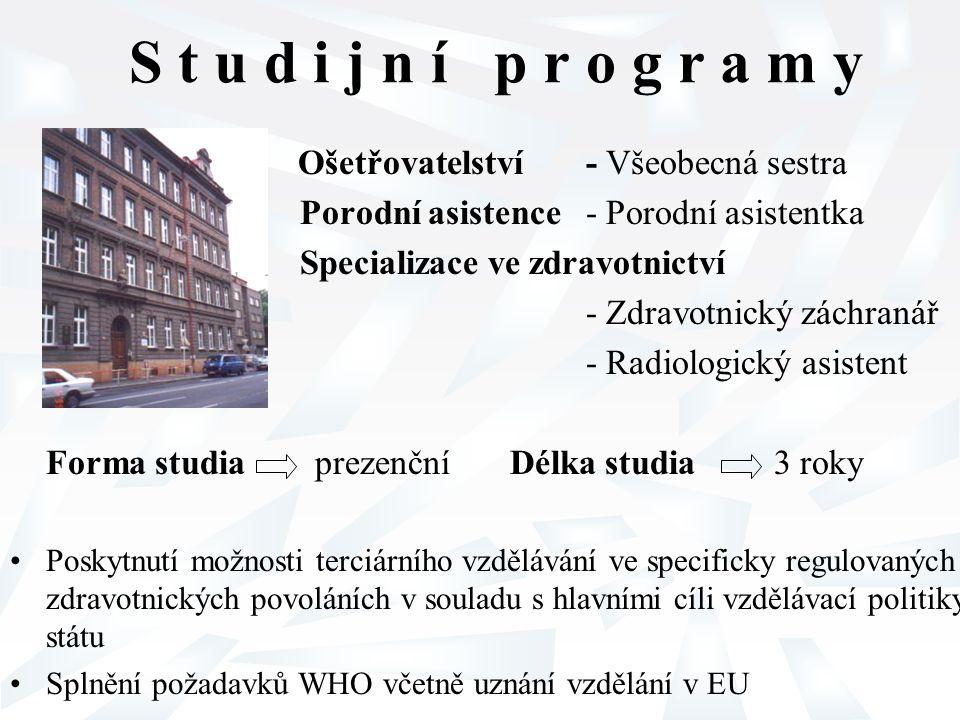 Podmínky pro vzdělávání doporučené v EU pro specificky regulovaná povolání Všeobecné sestry a Porodní asistentky Ke studiu jsou přijímáni uchazeči s ukončeným středoškolským vzděláním - maturitní zkouška Věková hranice vstupu do studia - 18 let Forma studia denní nebo kombinovaná Délka studia minimálně 3 roky Teoretická část výuky - 35-50 % Praktická část výuky - minimálně 1/2 Realizace studijního programu - modulární, založená na výzkumu, důkazech a kompetencích Získání akademického titulu Bc.