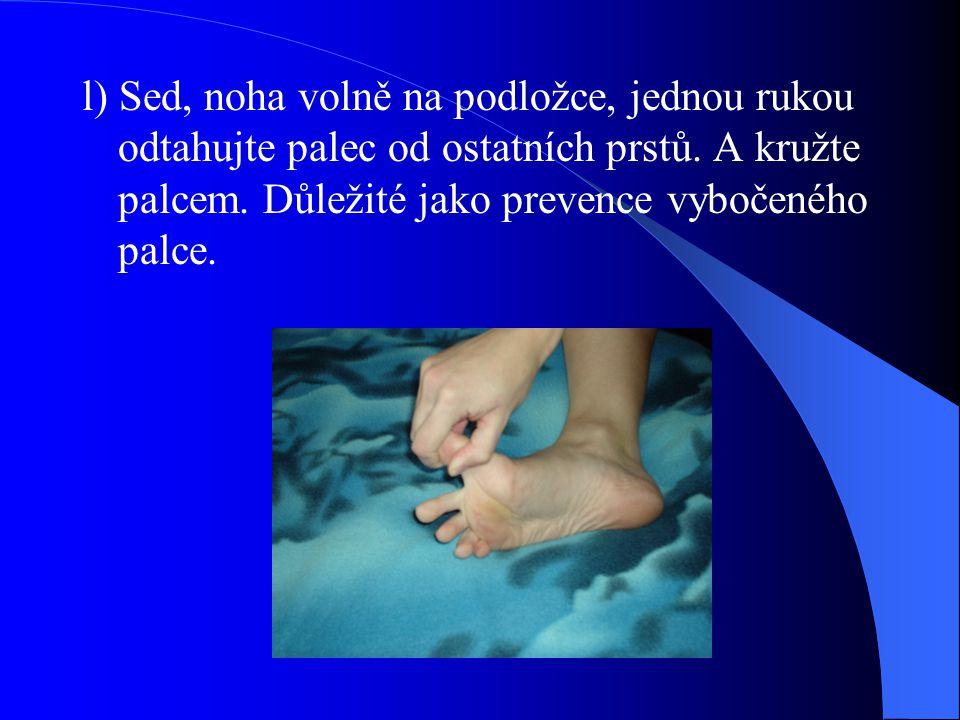 l) Sed, noha volně na podložce, jednou rukou odtahujte palec od ostatních prstů.