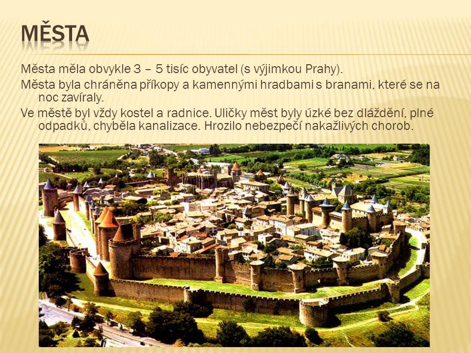 Města měla obvykle 3 – 5 tisíc obyvatel (s výjimkou Prahy). Města byla chráněna příkopy a kamennými hradbami s branami, které se na noc zavíraly. Ve m