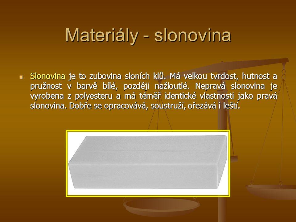 Materiály - rohovina jinak také keratin je stavební bílkovina, je nerozpustná ve vodě, má vláknitou strukturu a je tvárná.