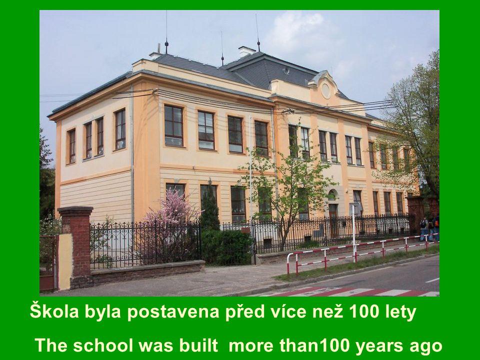 Škola byla postavena před více než 100 lety The school was built more than100 years ago