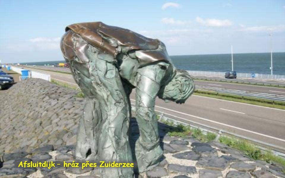 Afsluitdijk – hráz přes Zuiderzee Hráz zkrátila pobřeží na severu o 300 km a moře odsunula z vnitrozemí o 85 km. Napravo je hladina moře vyšší. Nalevo