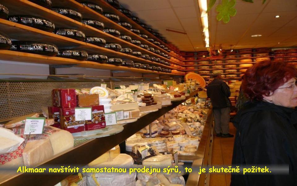 Alkmaar významné středisko výroby sýrů je proslavené svými trhy pořádanými v jarním a letním období každý pátek. Jsou hlavní turistickou atrakcí.