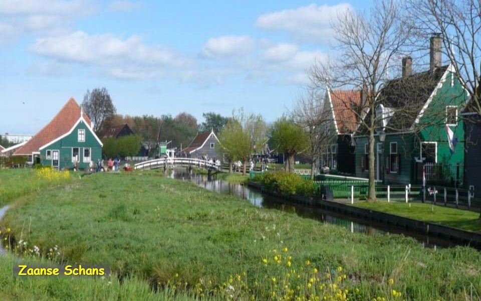 Zaanse Schans Součástí vesnice Zaanstad je skanzen typických severoholandských zelenobílých dřevěných domů a mlýnů s původními dílnami na výrobu dřevá
