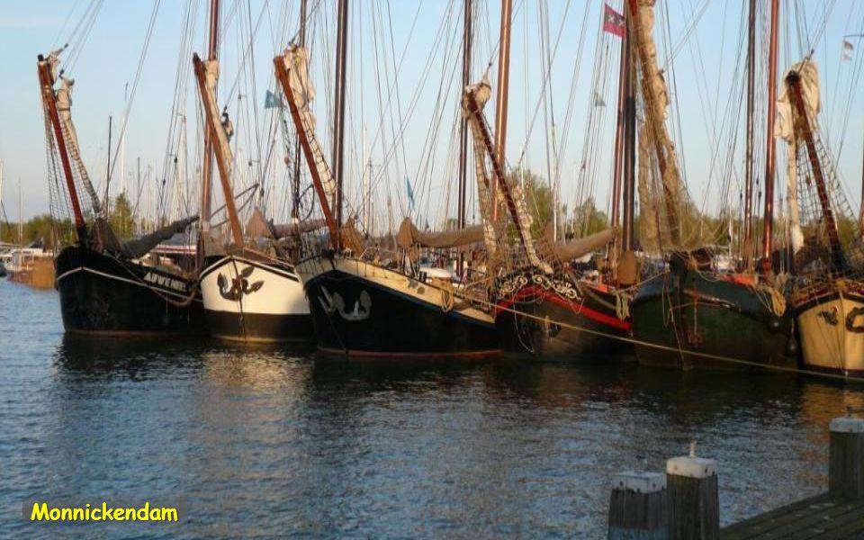 Monnickendam je poklidné rybářské městečko. Zachovaly se zde půvabné štítové domy. Věž má jednu z nejstarších zvonkoher v Nizozemsku a je jí slyšet ka