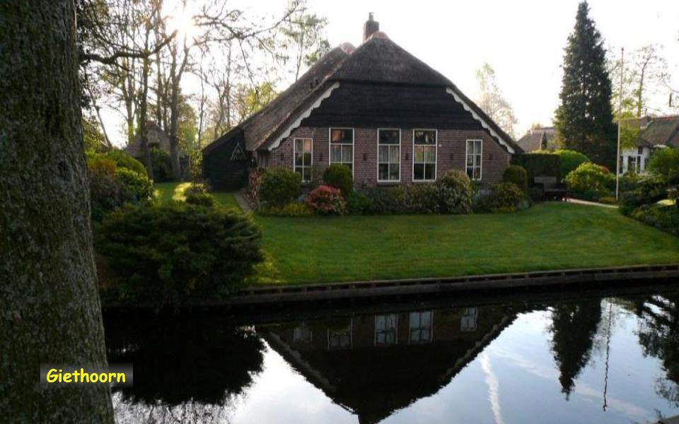 Giethoorn nejkrásnější vesnice v Nizozemsku, V mnohých budovách dnes sídlí zajímavá muzea. Vesnici lze projet v loďce
