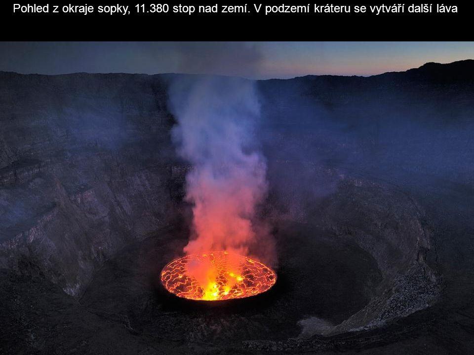 Výron lávy na začátku noci. Rok za rokem stéká láva dolů po stěnách kráteru