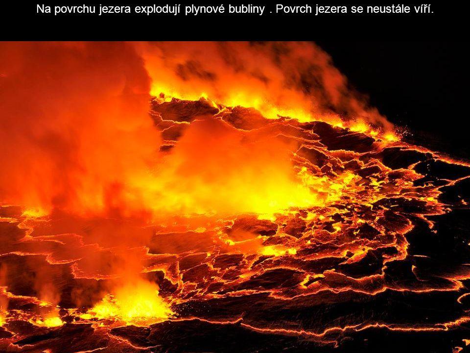 Na povrchu jezera explodují plynové bubliny. Povrch jezera se neustále víří.