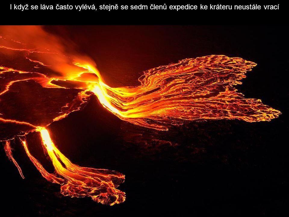 I když se láva často vylévá, stejně se sedm členů expedice ke kráteru neustále vrací
