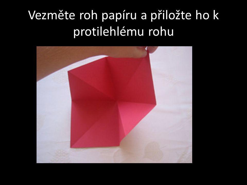 Vezměte roh papíru a přiložte ho k protilehlému rohu